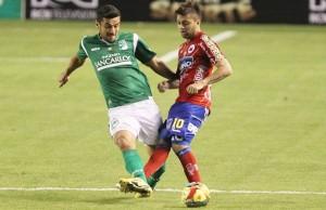 Juan Sebastián Villota (Der. 10) intenta tener la pelota para Deportivo Pasto, a su lado aparece Andrés Pérez, quien busca recuperar el esférico.